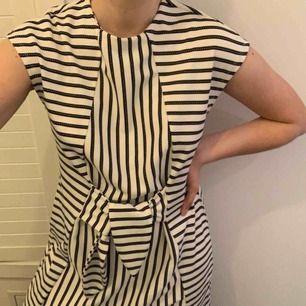 randig klänning från vero moda köpt på only butiken i göteborg förra sommaren för 400:-, endast använd en gång och säljs pågrund av att den aldrig används. kan mötas upp i Göteborg, annars står köparen för frakten :)
