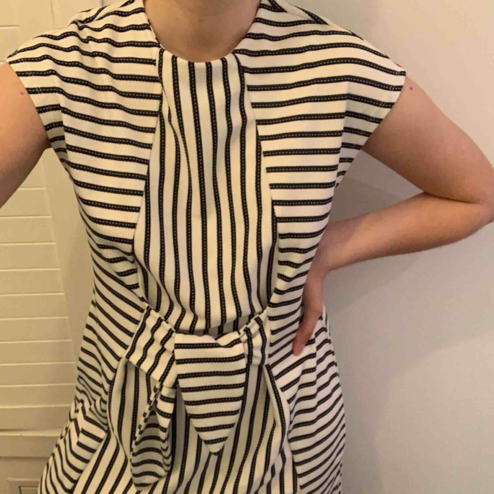 randig klänning från vero moda köpt på only butiken i göteborg förra sommaren för 400:-, endast använd en gång och säljs pågrund av att den aldrig används. kan mötas upp i Göteborg, annars står köparen för frakten :). Klänningar.