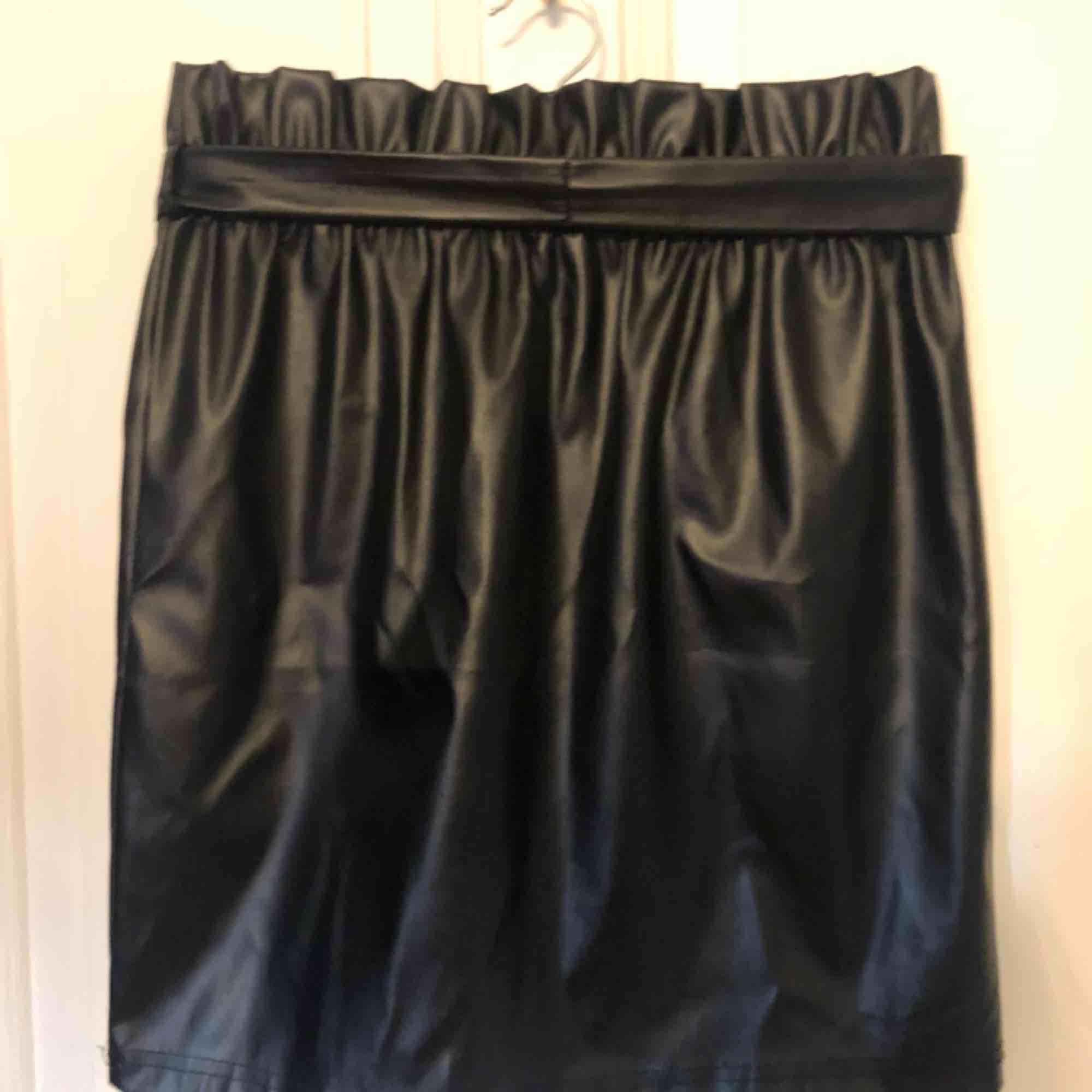 svart skinkjol inkluserat skinband, fint veckad längst kanten och aldrig använd, köpt för ungefär 3 månader sen💓. Kjolar.