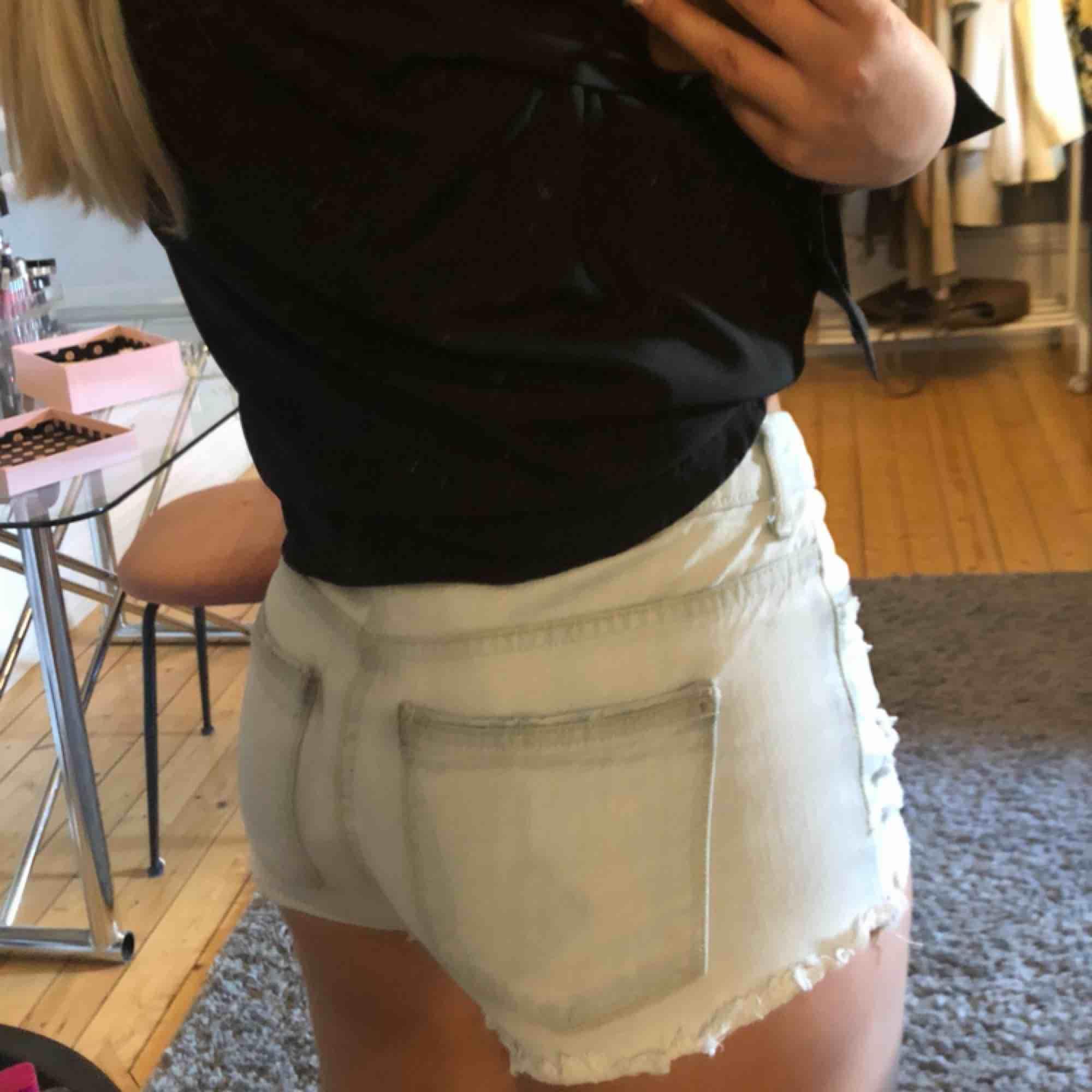 Ett par ljusblåa slitna jeansshorts, rätt så korta💓. Shorts.