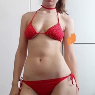 Bikini från H&M Trend i stl 36 med broderade paljetter på toppen. Långa snören där man knyter vid halsen så går att göra till choker!! Frakt 42 kr.