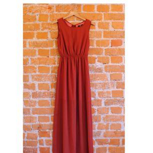 Långklänning från Dry Lake i storlek XS, passar en 34-36a. Superfint fall, öppen i rygg, kortare underkjol så klänningen är vackert transparent nedtill. Jag har använt klänningen som brudtärna på ett bröllop och säljer den nu gärna vidare. Fint skick!