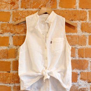 Skjortlinne från Levis strl XS funkar även på S, material 60%linne 40%bomull, superskön på sommaren. Fint skick! Frakt 36kr