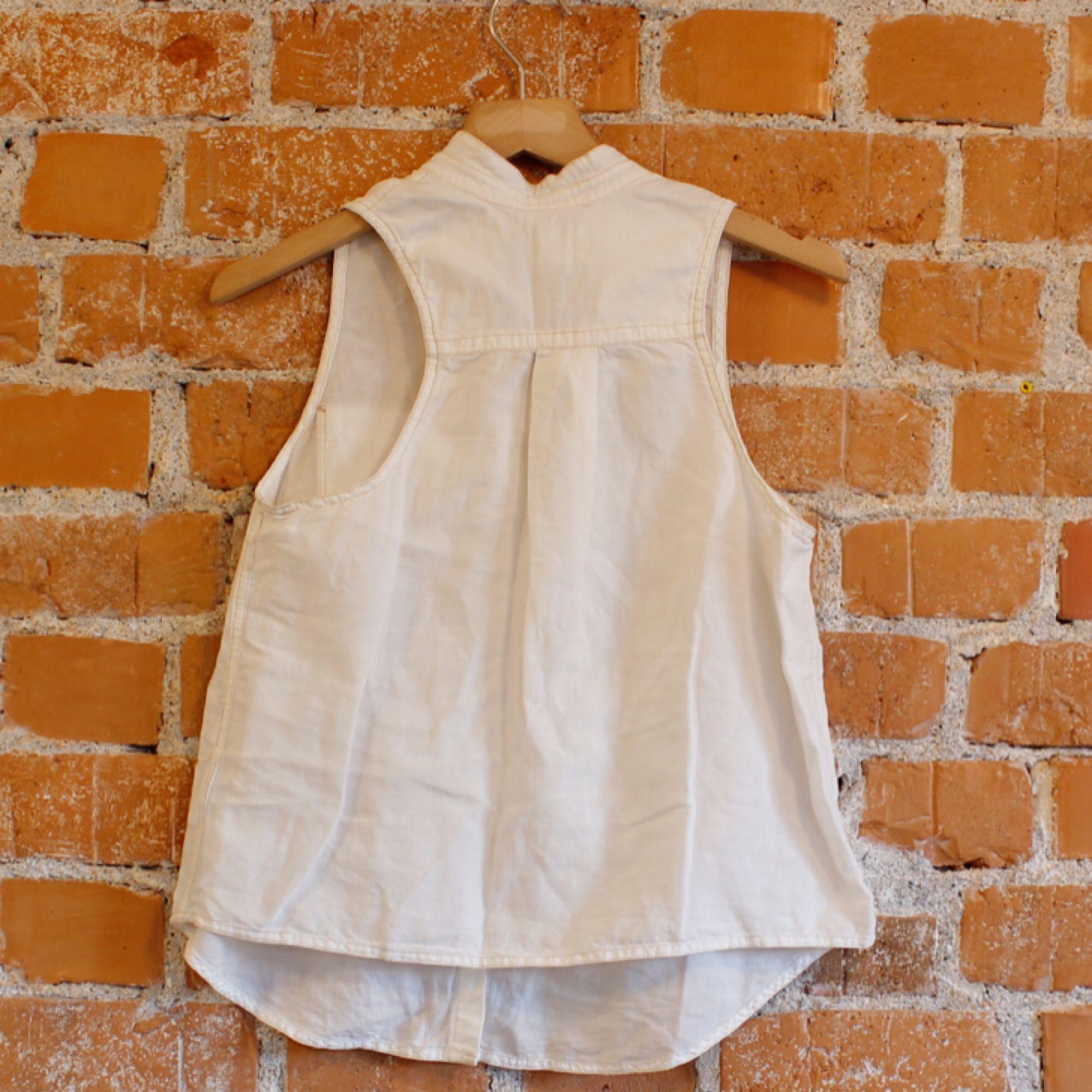Skjortlinne från Levis strl XS funkar även på S, material 60%linne 40%bomull, superskön på sommaren. Fint skick! Frakt 36kr. Toppar.