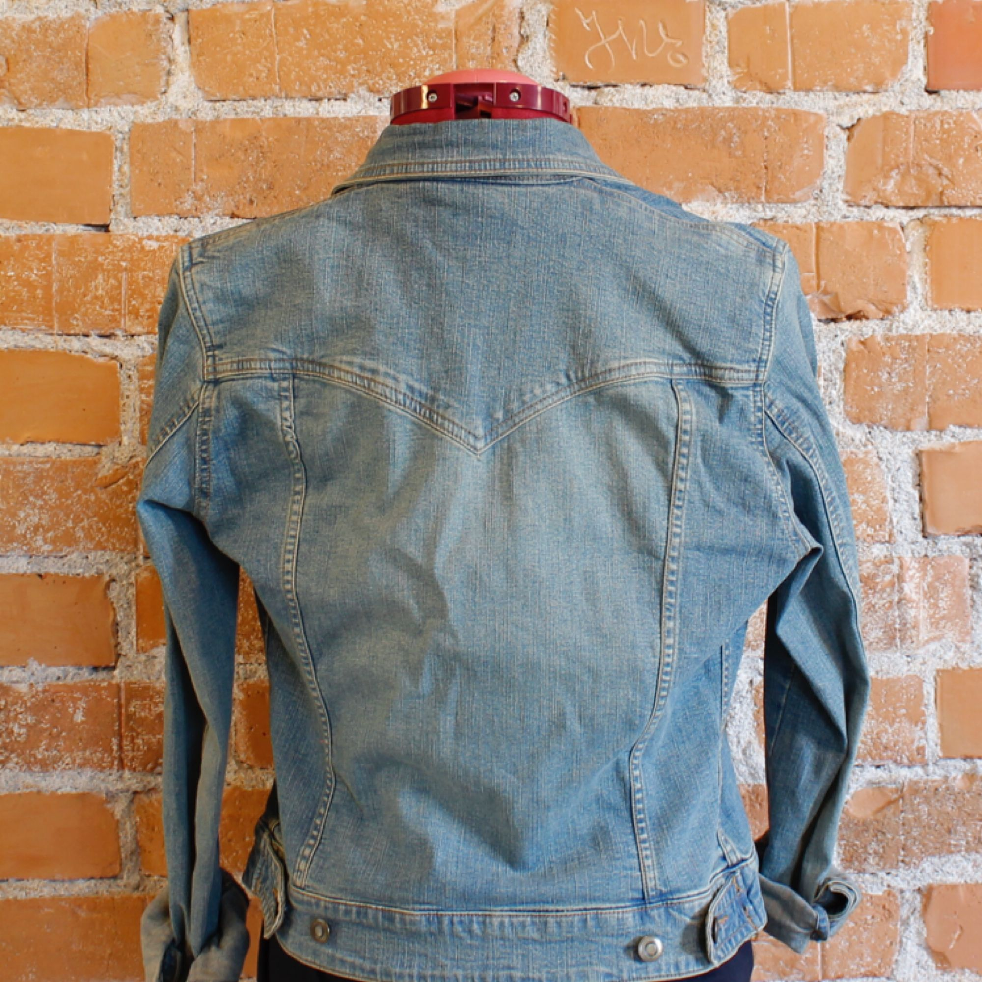 Jeansjacka från HM i strl 36, fint skick! Frakt 54kr 98%bomull, 2%spandex. Jackor.