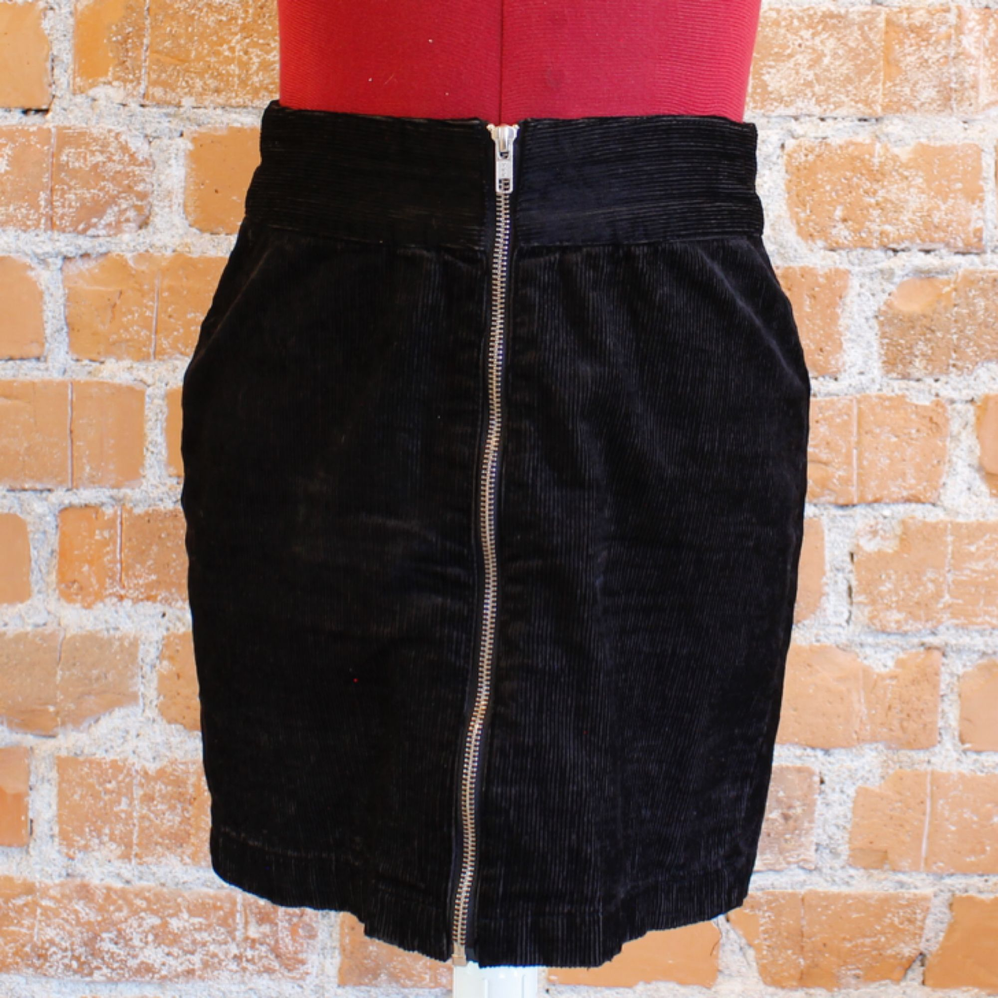 Manchesterkjol i strl 36, svart, fint skick. Frakt 36kr 50%bomull, 48% viskos, 2% elastan. Kjolar.