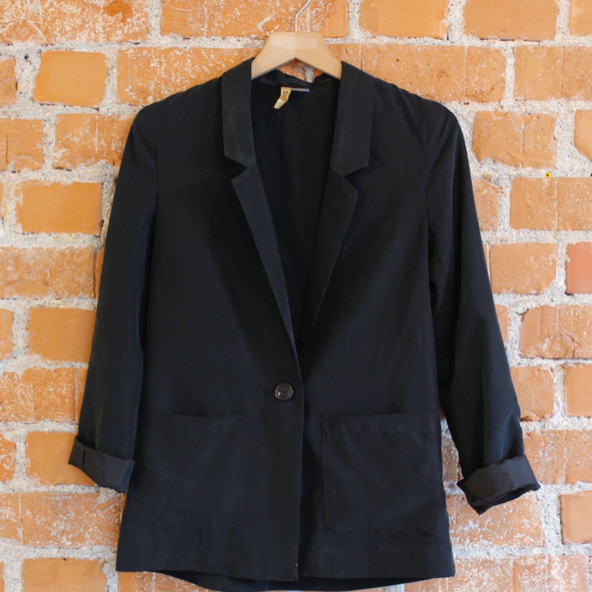 Grå Kavaj från HM, strl 36, fint skick. Frakt 36kr 70%modal 30% polyester. Kostymer.