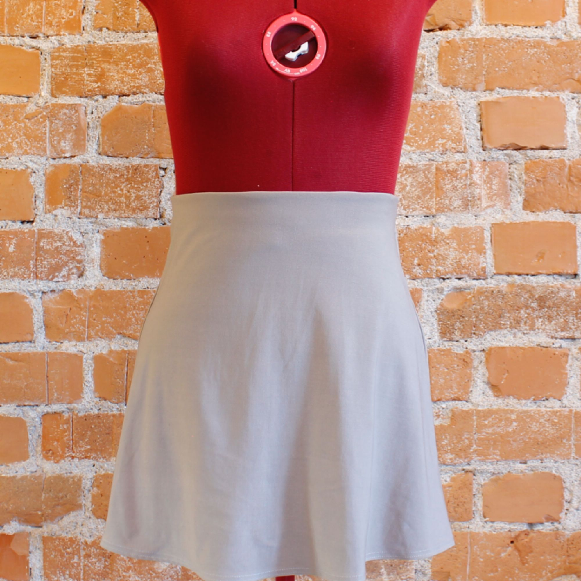 Silvrig kjol i fint skick, strl XS. . Kjolar.