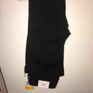 """Svarta jeans från hm, modell """"skinny ankle"""". Helt nya med prislapp kvar. Köparen står för frakt 🌼"""