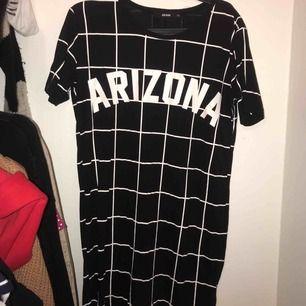 T-shirtklänning från bikbok, storlek XS, slutar över knäna