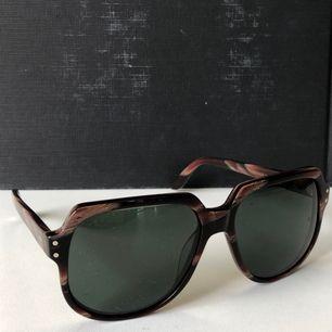 Solglasögon från märket Hyde's, modell no14 Juan maclean. Fint skick, knappt använda!