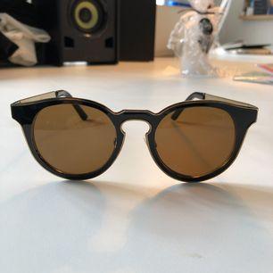 Solglasögon från märket prestige, fint skick. Svart o guldiga