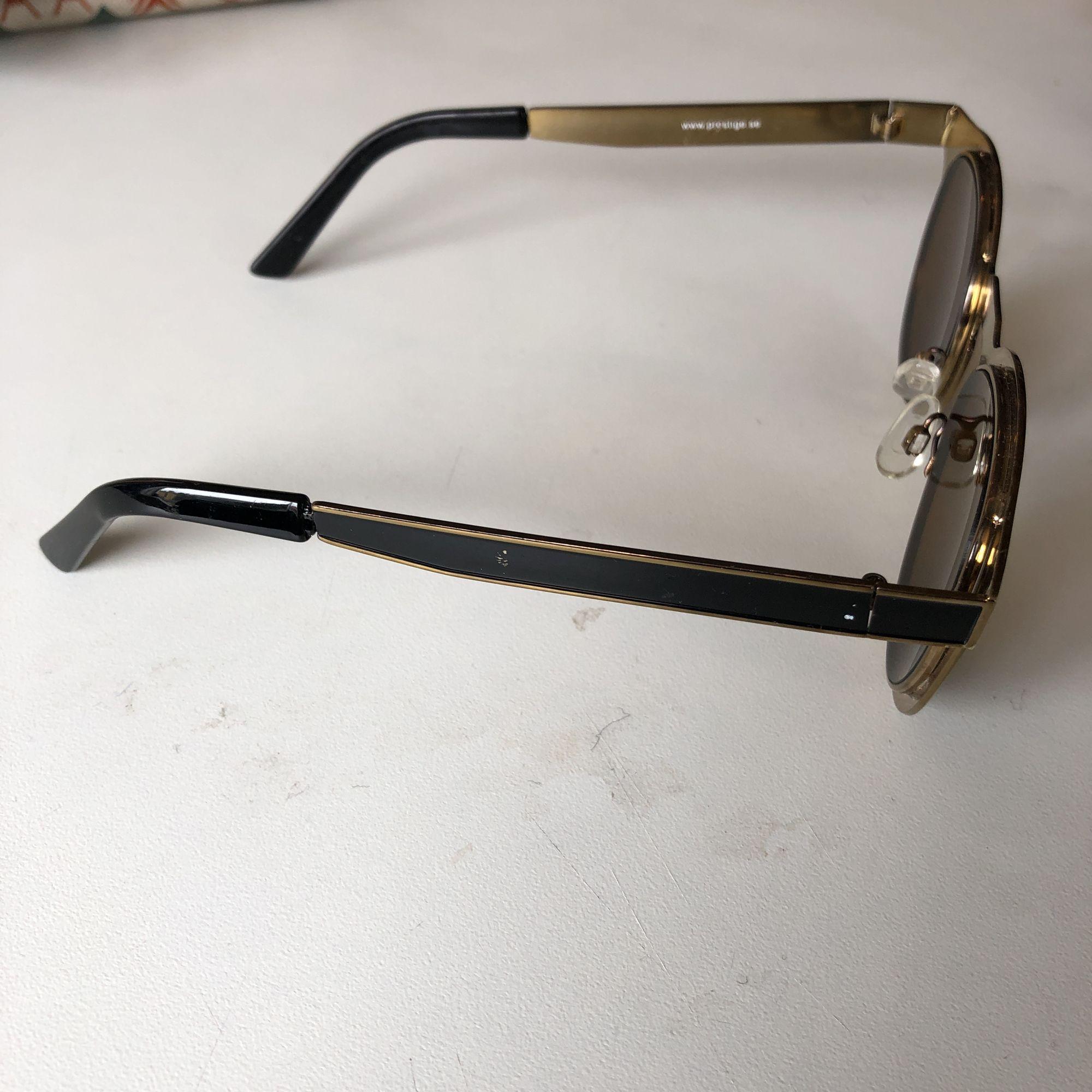 Solglasögon från märket prestige, fint skick. Svart o guldiga . Accessoarer.