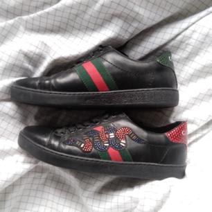 Fina skor, endast ungefär 2 ggr använda och endast till affären (fake) Gucci skor köpt ungefär 10 månader sedan från Turkiet med 50euro (dvs ungefär 500kr)😊  Dem är helt som nya, inga märken eller något 👍 Man kan styla dem fint med jeans, kjol, klänning, allting som man vill 😊 Det står att den är storlek 40 på skon, men de är som en mindre 39, så tror den kan passa då på en 38 med ett kanske ❤️😊 Frakt är ej med i priset (frakten är 100kr)🏡
