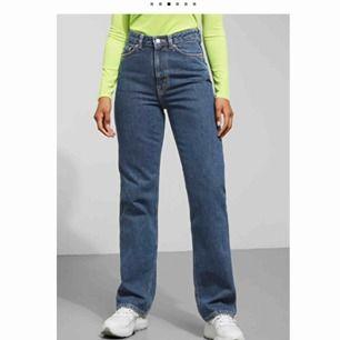 Row Win Blue Jeans från Weekday. Använda max tre gånger: alltså som nya.  Skriv om du vill ha flera bilder på jeansen!