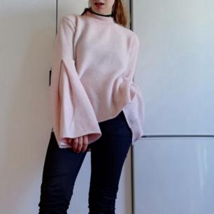 Rosa stickad tröja med polokrage och trumpetärmar i stl M. Oversize så snygg på mindre storlekar, jag på bilden har stl XS. I fint skick. Frakt 63 kr.