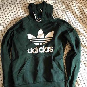 Säljer min Adidas Hoodie då den ej kmr till användning. Sparsamt använd. Nypris på Jeansbolaget är ca 799:-