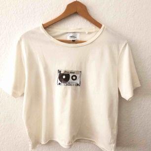 Fin croppad t-shirt från Carlings. Det är en herrstorlek men den passar även mig som har storlek M. Vill man ha den overzized så passar den fint till en storlek S. Frakt ingår.