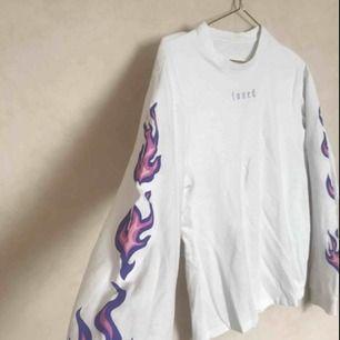 Smått oversized långärmad tröja från junkyard med broderi och tryck! Denna är så fin men har hamnat längst in i garderoben de senaste veckorna. Skicka pm vid frågor💗