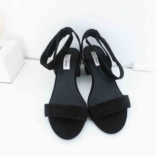 FRAKT INGÅR I PRISET! Svarta sandaletter från Nelly. Sparsamt använda och i fint skick.