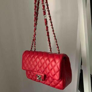 Väska i en fin röd färg. Köptes på Shein för ca 200-300kr men aldrig kommit till användning!