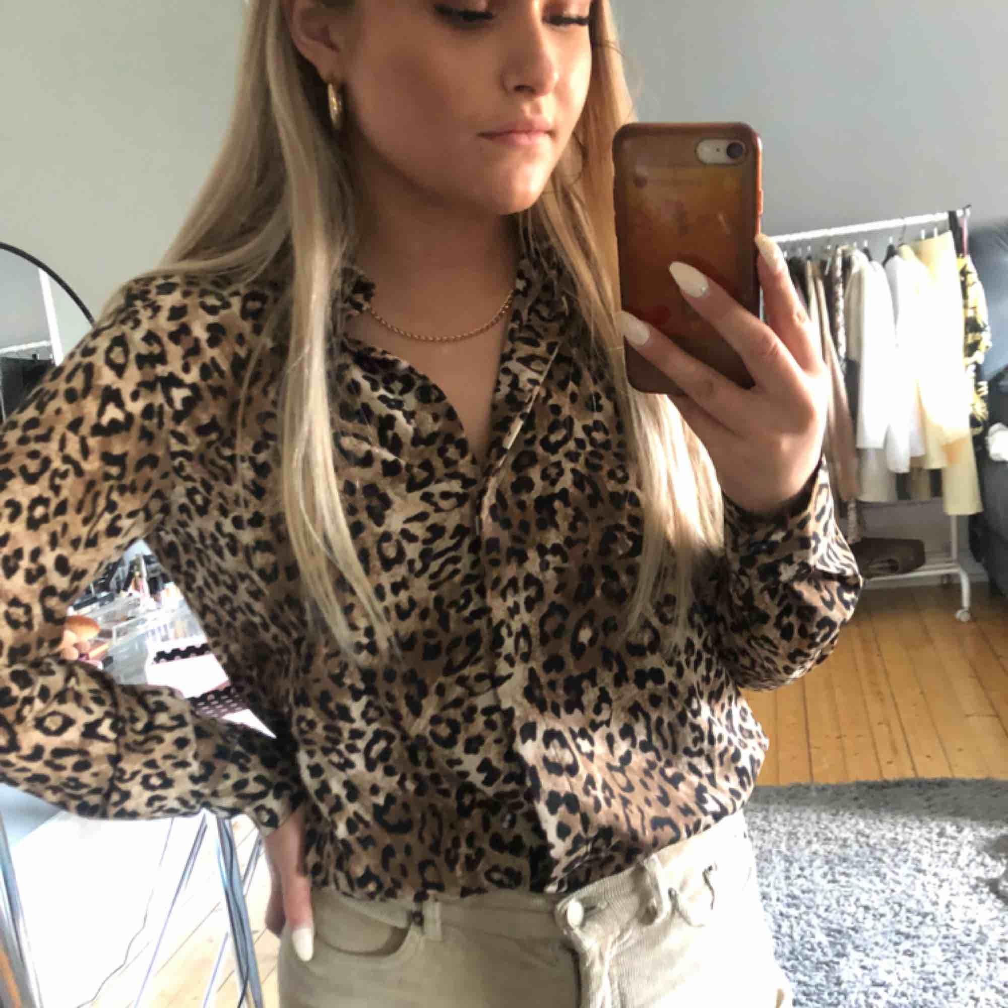 en leopardig skjorta som både kan användas vid fest och vardags, använd endast 2 ggr och köpt för ungefär ett halv år sen💕 . Skjortor.