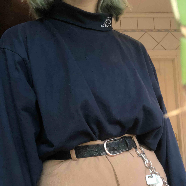 """🍵fet vintage marinblå KAPPA polo longsleeve, 🧪använd ca 2ggr, GOTT skick 🥬vintage, minns inte vart jag fick tag på tröjan & inte heller vad den kostade. men är väldigt unik och speciell. 🧤väldigt soft och skönt material, kragen är aningens """"stiff""""    . Tröjor & Koftor."""
