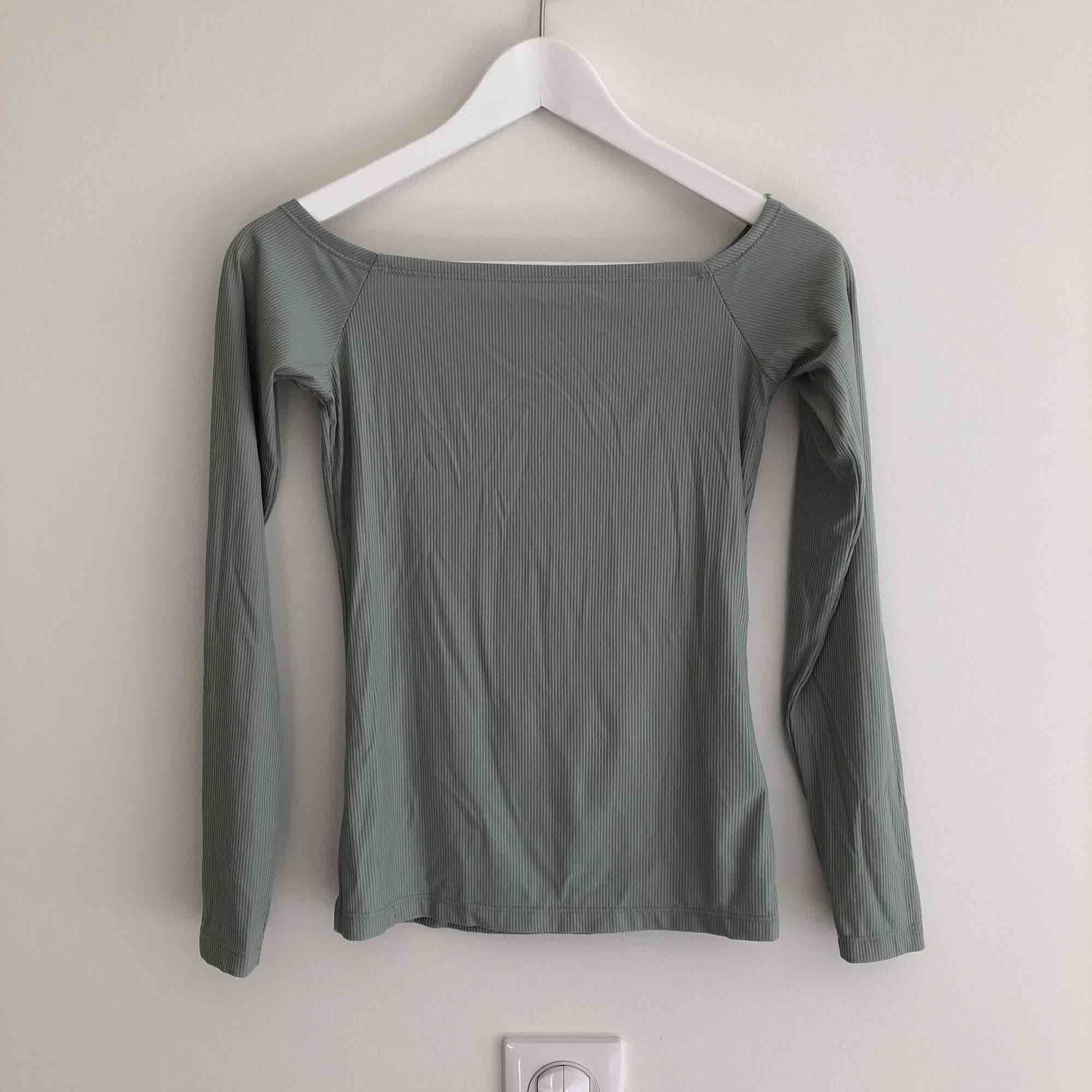 Tunn tröja som är offshoulder i en väldigt fin ljus turkås färg Använd ett fåtal gånger Möts i Göteborg eller fraktar mot fraktkostand🌈. Toppar.