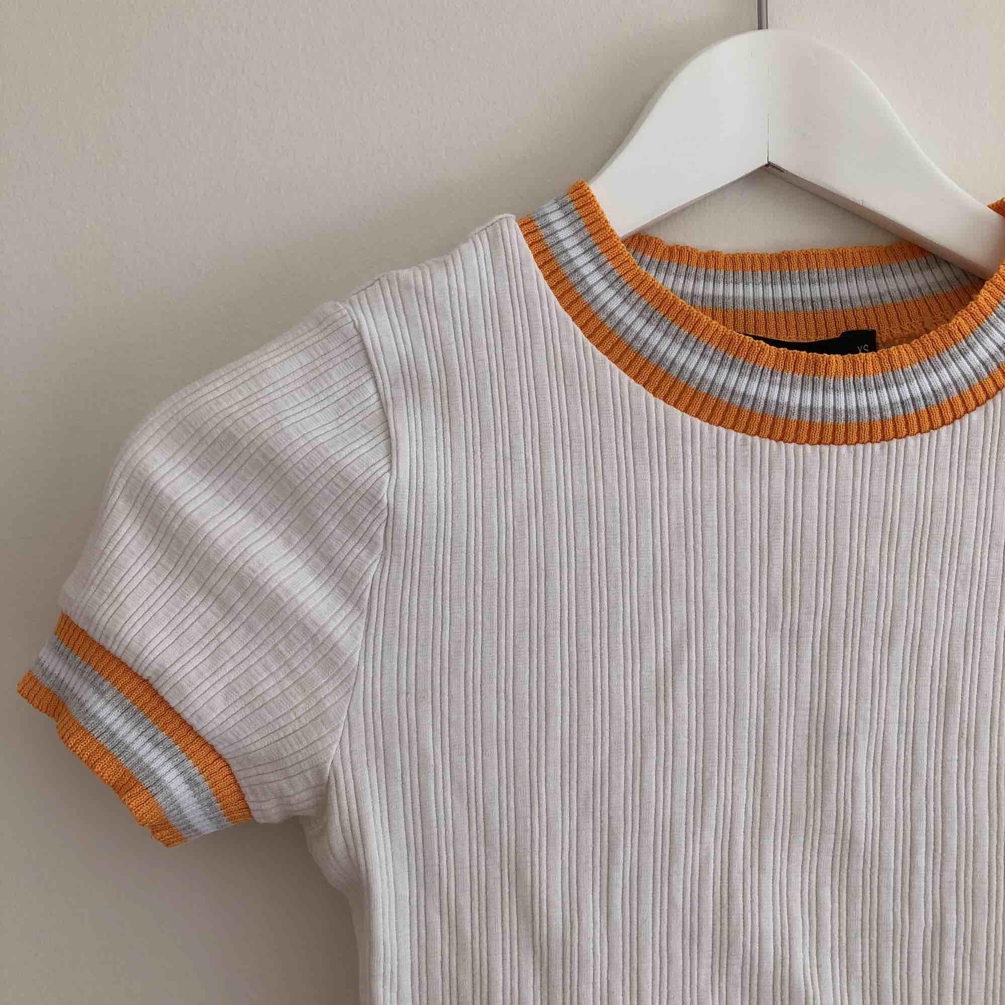 T-Shirt från bikbok som är använd lite men har en fläck på, den går bort i tvätten Möts i Göteborg eller fraktar mot fraktkostnad🌈. T-shirts.
