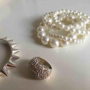 Pärlarmband i varierande storlekar (totalt 5 st), stelt nitarmband eller/och ring 20 kr st.  Frakt ingår ej. Jag tar swish. 😊