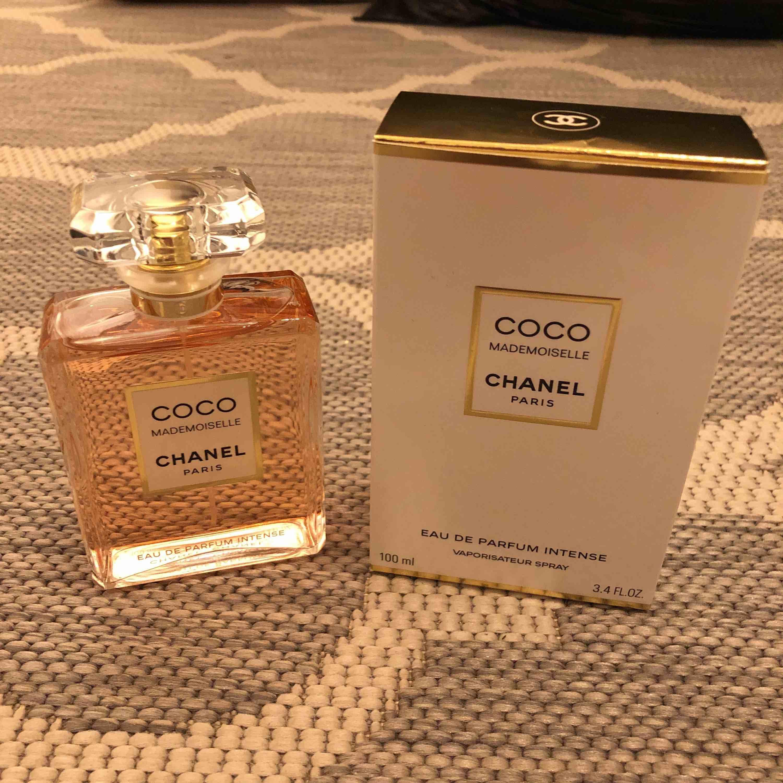 Coco Chanel parfym (äkta) i doften Mademoiselle! Köpt för 1700kr, säljer för 1000kr! Helt oanvänd!! 100ml. Skickar spårbart (63kr). Accessoarer.