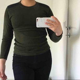 Grön tröja med lappar på armbågar samt axlar, skulle säga att den är som en XS men passar även S i vissa fall. OBS!! Tröjan är inte smutsig utan min spegel, därav bilderna. Fint skick!