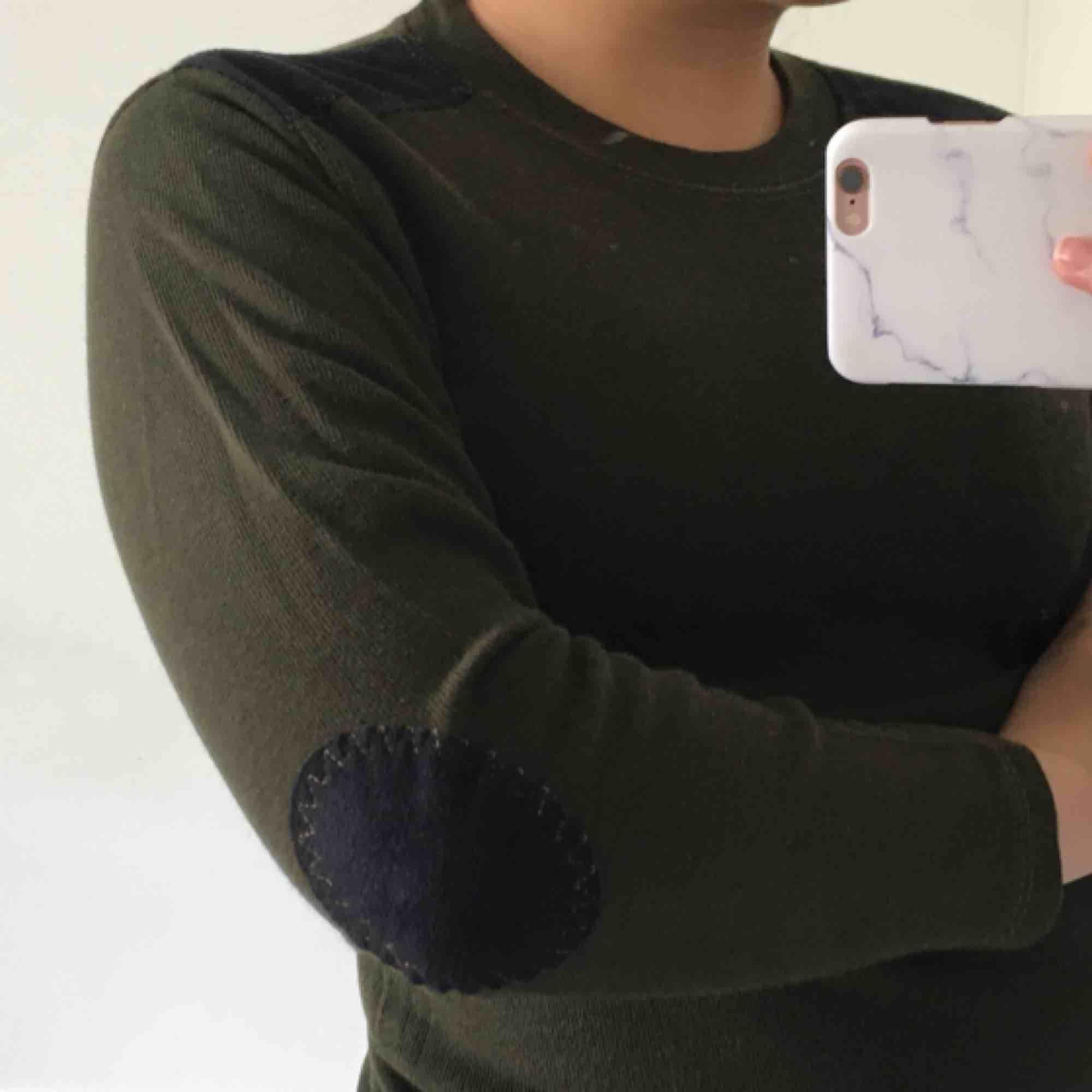 Grön tröja med lappar på armbågar samt axlar, skulle säga att den är som en XS men passar även S i vissa fall. OBS!! Tröjan är inte smutsig utan min spegel, därav bilderna. Fint skick!. Tröjor & Koftor.