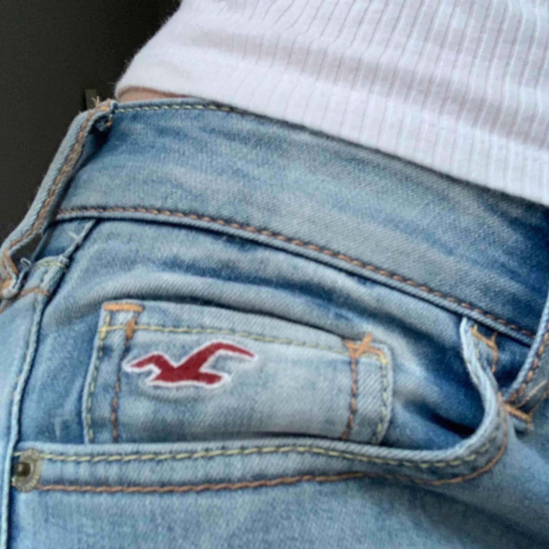Ljusblå Jean från Hollister. Bra skick! Frakt tillkommer💜. Jeans & Byxor.