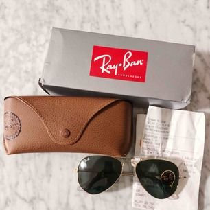 Ett par helt nya oanvända Ray-Band RB3025 klassiska pilotglasögon. Köpta på Synsam i Göteborg för 1549kr. Kvitto finns och kommer med vid köpet. (Exklusive frakt)