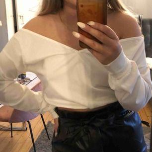 en vit blus som kan bäras både offshoulder och på axlarna, använd 3 gånger och i gott skick💕