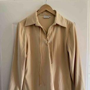 Vintage tröja med snörning från HM. Frakt betalas av köparen.