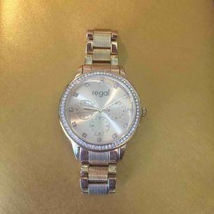 Jättefin klocka från regal som knappt blivit använd, har en spricka men den tänker man inte på när den är på (se bild 3). Batterierna behöver bytas.