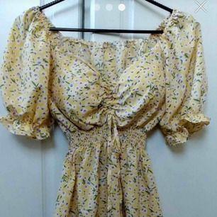 Söt blommig klänning med puffärmar 🌼 150 inkl frakt (pågående bud: 225kr) Har inte hand om postens slarv! 🤗