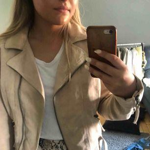 En beige mocka jacka som är i storlek 42 men den passar också mig som brukar ha storlek 36 eller 38 den blir bara lite oversized💓