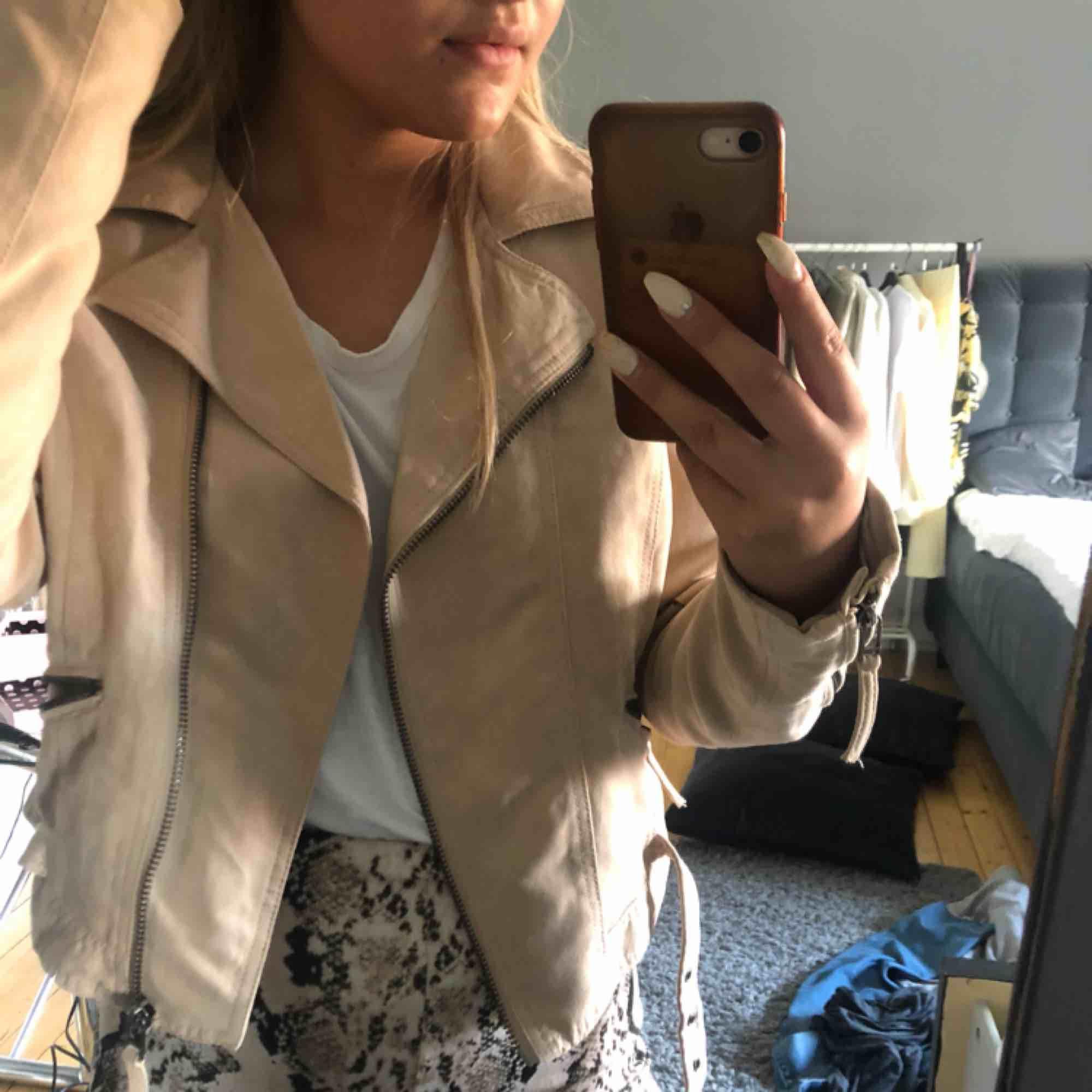En beige mocka jacka som är i storlek 42 men den passar också mig som brukar ha storlek 36 eller 38 den blir bara lite oversized💓. Jackor.