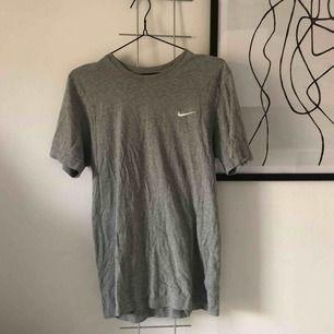 Nike t shirt med broderad logga, frakt 36:-