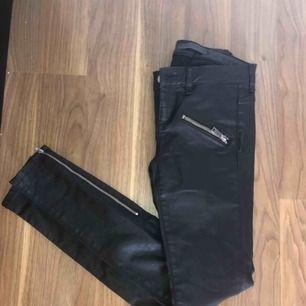 Svarta jeans skinnbyxor Har dragkedja nertill och raka fickor fram Storlek 24 och de passar en XS