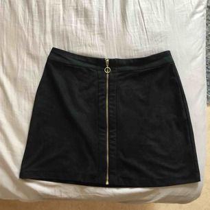 Jättefin kjol i skinnliknande material 😝 Kan mötas upp i Gävle eller frakta då köparen står för kostnad 🥰