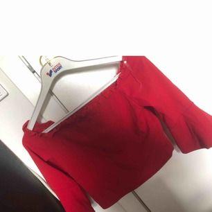 Röd off shoulder topp med trekvartsarm och utsvängda armar  Helt ny och oanvänd Den är kort i modellen Storlek L men passar en S och M