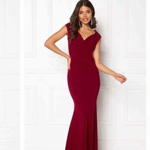 Röd lång balklänning i storlek 34 Använd en gång Man kan även ha den off shoulder