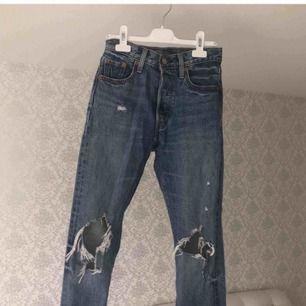 Helt nya jeans från Levis, nypris: minst 1000kr. Inte så mycket använd, blivit små på mig så säljer dom för 300kr billigt pris för ett par jeans från Levis!!