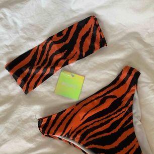 Tiger print bikini top och trosor. Top är helt ny och trosor använda 1 gång.