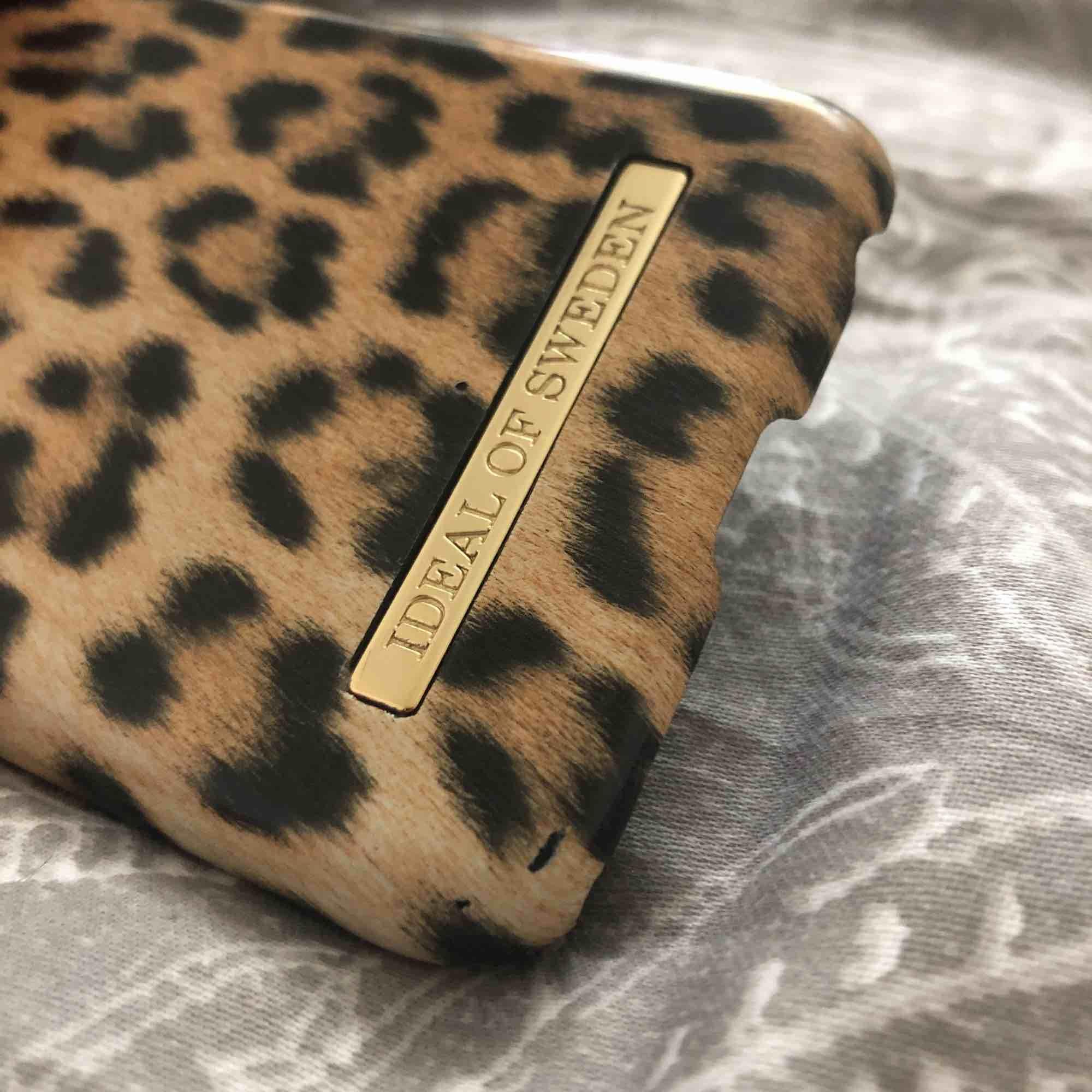 Ett snyggt skal från ideal of sweden (Wild leopard skal) storleken är till iPhone 8 men funkar även på iPhone 7. Använd några gånger. Nypris 299kr , jag säljer för 50kr.. OBS-katt finns i hemmet. . Övrigt.