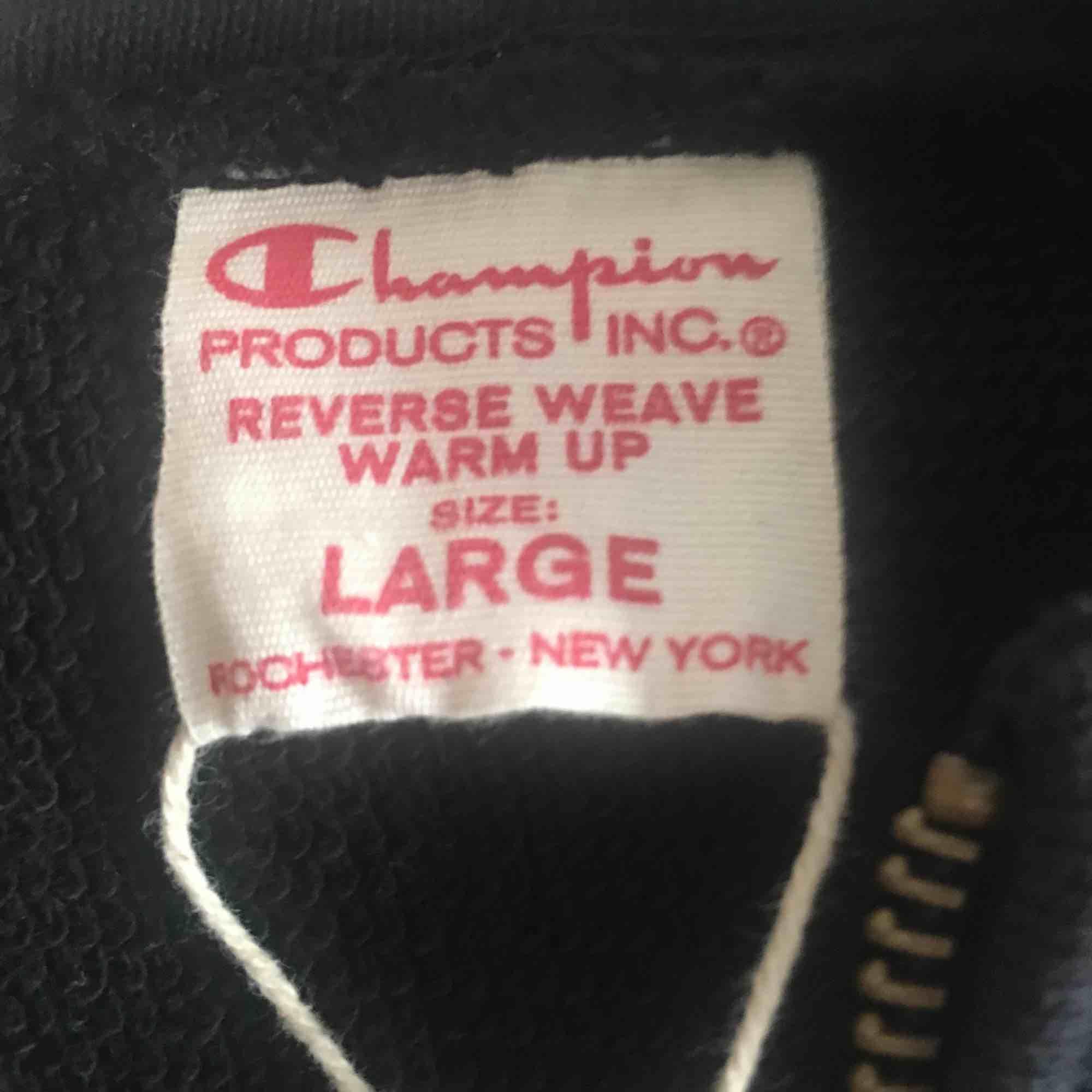 Över najs Champion reverse weave tröja som säljes pågrund av det var ett hastigt impuls köp och tröjan sitter lite för stort. Har aldrig använts utöver att jag har provat den, den sitter dock mer som en M än L!. Tröjor & Koftor.